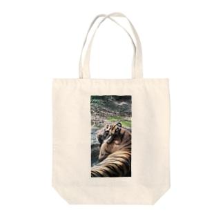 眠いトラ Tote bags