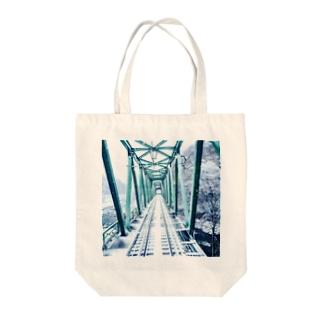 雪の中の疾走 Tote bags