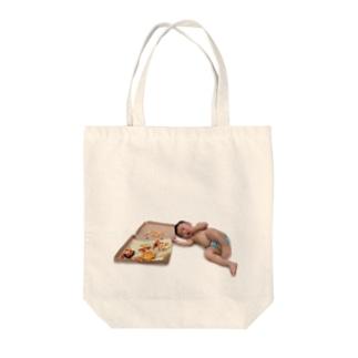ピザを食べる赤ちゃん Tote bags