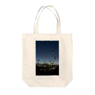 建設現場のクレーン Tote bags