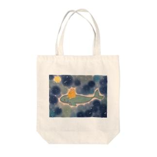 青の中 夜空のおさんぽ中の可愛いハリネズミ Tote bags