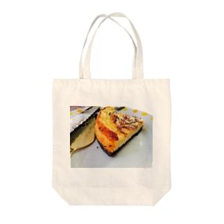 チーズケーキ Tote bags