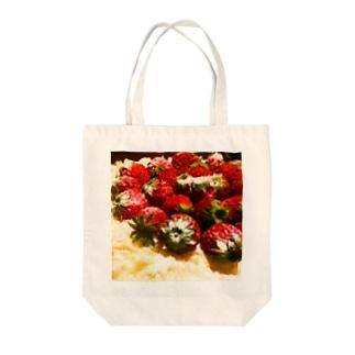 イチゴケーキ Tote bags