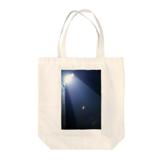 月が見てる Tote bags