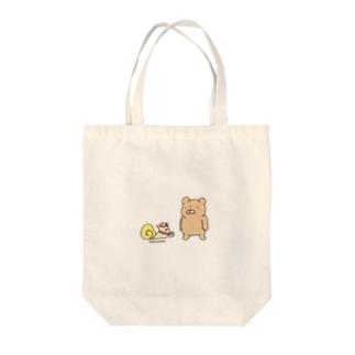 クマとカタツムリ Tote bags