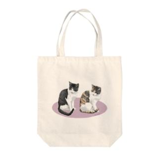 河原の野良猫ビワとコチャ Tote bags