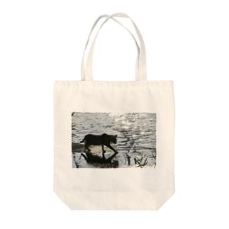 水辺の帰り道 Tote bags