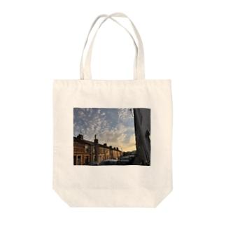 夕焼けに染まるカーディフの街並み Tote bags