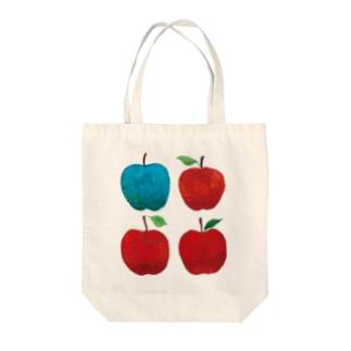赤いリンゴと青リンゴ Tote bags