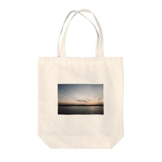 海、夕暮れ Tote bags