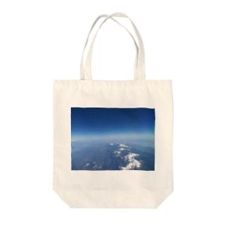 大空からの雪山 Tote bags