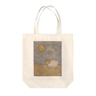 月と羊 Tote bags