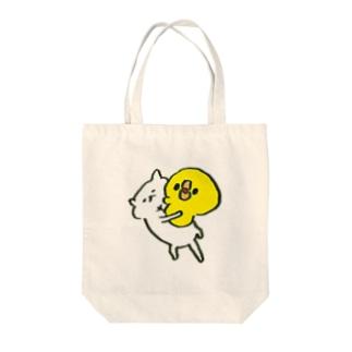 猫の上にのってはしゃぐひよこ Tote bags