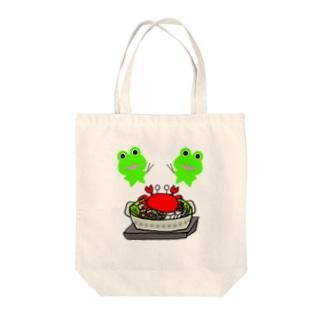 カニ鍋を楽しむカエルくんたち Tote bags