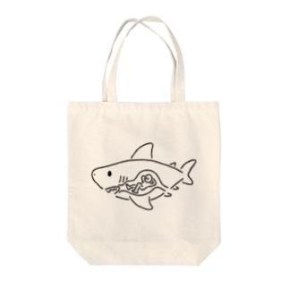 ヒトを食べたサメ Tote bags