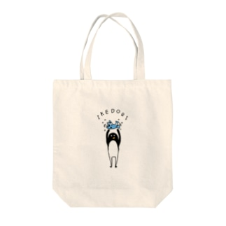 生け捕りするペンギン Tote bags