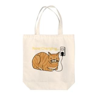 充電ネコ Tote bags