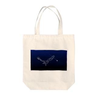 夜空を飛ぶ鳥 Tote bags
