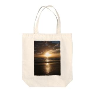 オーストラリアの朝焼け Tote bags
