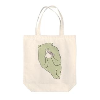 ハムサンドを食べるクマ Tote bags