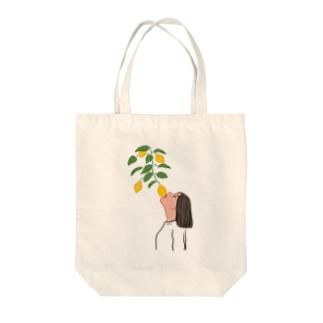 檸檬をかじる女 Tote bags