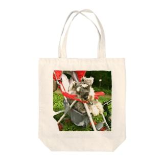 ベビーカーに乗る犬 Tote bags