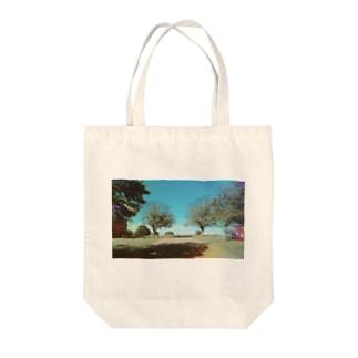 鮮やかな道 Tote bags