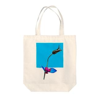 ヤドクガエルと花 Tote bags