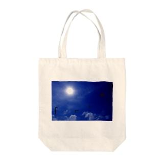 island sky Tote bags