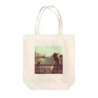 牧場の馬 Tote bags