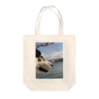 海を見るハスキー Tote bags