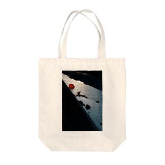 川に傘 Tote bags
