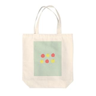 りんご Tote bags