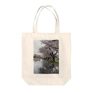 桜と踏切のウユニ塩湖風 Tote bags