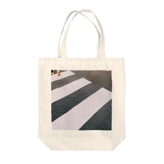 """""""道を渡って"""" Tote bags"""
