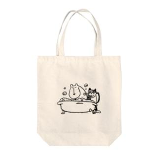 クマの入浴介助をするネコ Tote bags