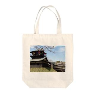 日本の城:桜咲く逆井城の春景色 Japanese castle: Sakasai castle & cherry flowers Tote bags