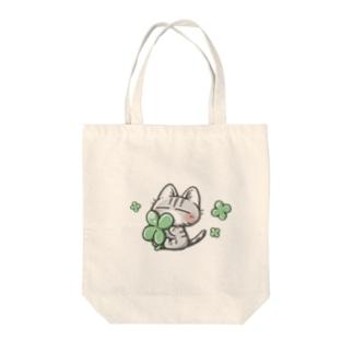 キジトラ猫さんとクローバー Tote bags