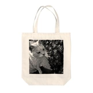 モノクロチョウジくん Tote bags