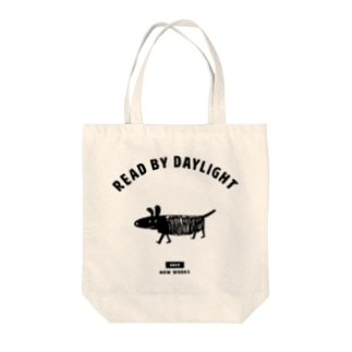 横切る黒い犬 Tote bags