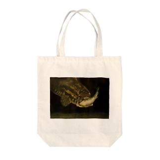 シュールレアリスムな捕食するライギョ Tote bags