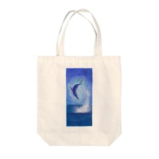 跳ねるクジラ Tote bags
