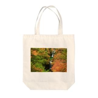 紅葉最盛期の滝 Tote bags