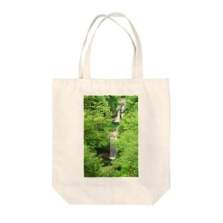 深緑の滝 Tote bags