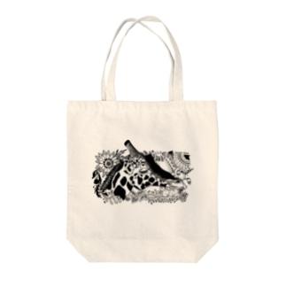 Giraffa camelopardalis Tote bags