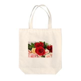 華やかなバラ Tote bags