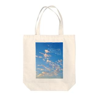 空をのぼるボクのリュウ Tote bags