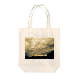 曇り Tote bags