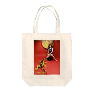 中国:大蜥蜴と黄金の珠を取り合うチャイナドレスの美少女(人形写真) Tote bags