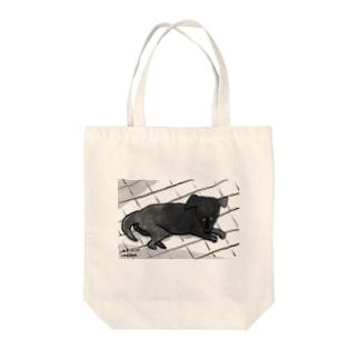 月明かりで目が合う Tote bags